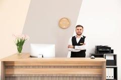 Retrato del recepcionista en el escritorio imagen de archivo libre de regalías