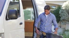 Retrato del reparador Arriving In Van almacen de video