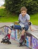 Retrato del rollerskater en equipo de la protección Fotografía de archivo libre de regalías