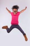 Retrato del salto joven de la muchacha del afroamericano Imagenes de archivo