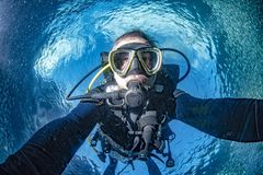 Retrato del selfie del submarino del buceador en el océano fotografía de archivo libre de regalías