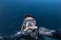 Retrato del selfie del submarino del buceador en el oc?ano imagen de archivo