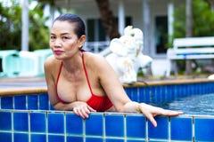 Retrato del sex symbol del pecho de la mujer con el bikini rojo Fotos de archivo