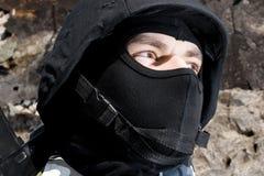 Retrato del soldado armado en casco imagenes de archivo
