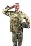 Retrato del soldado confiado que se coloca con un casco Foto de archivo