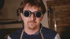Retrato del soldador industrial en los vidrios protectores que miran la cámara foto de archivo