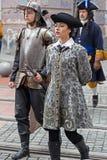 Retrato del soldados medievales el ese marchar en la calle Imagenes de archivo