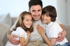 Retrato del solo padre con los niños Foto de archivo libre de regalías