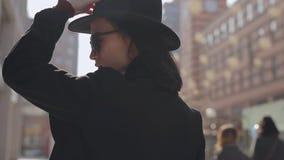 Retrato del sombrero que lleva de la mujer almacen de metraje de vídeo