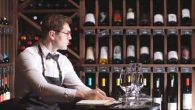 Retrato del sommelier masculino confiado que prueba el vino tinto Vinificaci?n ocupaciones almacen de video