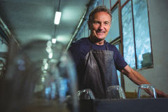 Retrato del soplador de vidrio que se coloca en la fábrica que sopla de cristal Foto de archivo libre de regalías