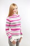 Retrato del suéter que desgasta de la muchacha bonita. en gris Imagen de archivo libre de regalías