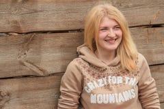 Retrato del suéter que lleva de la muchacha rubia de ojos verdes Fotos de archivo libres de regalías
