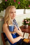 Retrato del té de consumición de la mujer nórdica imagen de archivo
