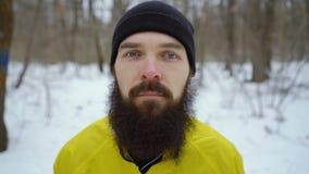 Retrato del tiro del arco del hombre barbudo con los ojos azules en bosque del invierno metrajes