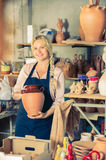 Retrato del trabajador alegre de la cerámica de la mujer con loza de cerámica fotos de archivo libres de regalías