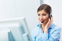 Retrato del trabajador del servicio de atención al cliente de la mujer, sonrisa del centro de atención telefónica Foto de archivo libre de regalías