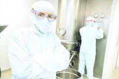 Retrato del trabajador en la fábrica farmacéutica Foto de archivo libre de regalías
