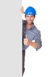 Retrato del trabajador feliz que presenta la bandera vacía imágenes de archivo libres de regalías
