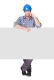 Retrato del trabajador feliz que presenta la bandera vacía imagen de archivo libre de regalías