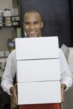 Retrato del trabajador industrial que sostiene los envases Fotos de archivo libres de regalías
