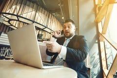 Retrato del trabajo enojado hermoso del hombre de negocios encendido fotografía de archivo