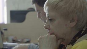 Retrato del trabajo maduro de la mujer en la oficina metrajes