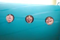 Retrato del tubo del patio de tres niños jovenes Foto de archivo libre de regalías