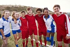 Retrato del varón y de los equipos de fútbol femeninos de la High School secundaria foto de archivo