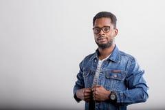 Retrato del var?n afroamericano en estudio fotografía de archivo