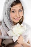 Adolescente con velo y las flores Fotografía de archivo