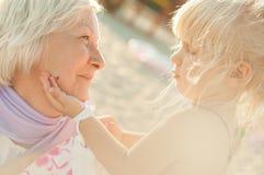 Retrato del verano de la abuela y de la nieta Imagen de archivo libre de regalías