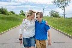 Retrato del verano de la madre y del hijo afuera en un camino Foto de archivo libre de regalías