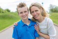 Retrato del verano de la madre y del hijo afuera en un camino Fotografía de archivo libre de regalías