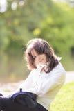 Retrato del verano de la morenita caucásica joven en Sunny Meadow Ne Foto de archivo libre de regalías
