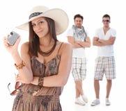 Retrato del verano de la mujer joven con los hombres detrás fotos de archivo libres de regalías