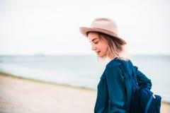 Retrato del verano de la mujer joven del inconformista en un sombrero marrón que se divierte en el mar mujer hermosa delgada jove Imagen de archivo libre de regalías