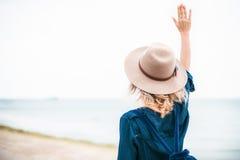 Retrato del verano de la mujer joven del inconformista en un sombrero marrón que se divierte en el mar mujer hermosa delgada jove Imagenes de archivo