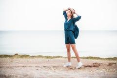 Retrato del verano de la mujer joven del inconformista en un sombrero marrón que se divierte en el mar mujer hermosa delgada jove Fotos de archivo libres de regalías