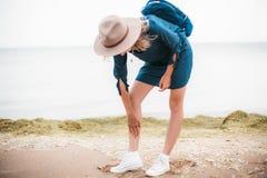 Retrato del verano de la mujer joven del inconformista en un sombrero marrón que se divierte mujer hermosa delgada joven, equipo  Foto de archivo