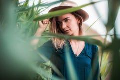Retrato del verano de la mujer joven del inconformista en un sombrero marrón que se divierte mujer hermosa delgada joven, equipo  Imagenes de archivo
