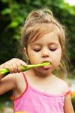 Retrato del verano de los dientes de cepillado de la muchacha adorable Fotografía de archivo