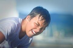 Retrato del verano de un muchacho lindo divertido imagenes de archivo