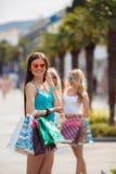 Retrato del verano de una mujer con los bolsos coloreados Fotografía de archivo libre de regalías