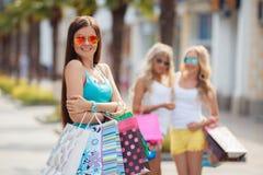 Retrato del verano de una mujer con los bolsos coloreados Foto de archivo libre de regalías