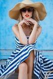 Retrato del verano de una mujer en un sombrero de paja Fotos de archivo