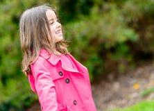 Retrato del verano del niño lindo feliz que se coloca en un parque Foto de archivo