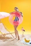 Retrato del verano Modelo femenino rubio que presenta con el anillo de la natación Imágenes de archivo libres de regalías