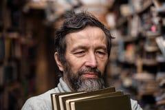 Retrato del viejo hombre auténtico con la barba y los buenos ojos fotografía de archivo