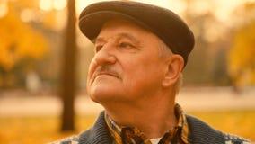 Retrato del viejo hombre en el parque del otoño Foto de archivo
